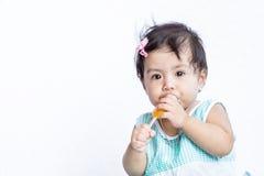 Aziatische baby die roomijs eten nadat zij ophoudt schreeuwend Stock Fotografie