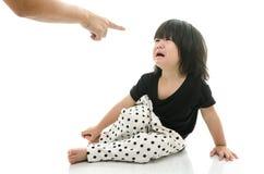 Aziatische baby die terwijl moeder het berispen schreeuwen stock fotografie