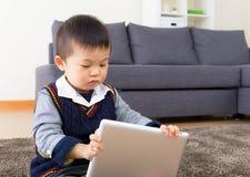 Aziatische babyjongen die digitale tablet gebruiken Stock Foto's