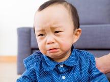 Aziatische babyjongen die droevig voelt Stock Foto's