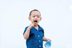 Aziatische babyjongen het borstelen tanden stock afbeelding