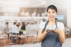 Aziatische barista of serveerster huidige koffiekop stock foto