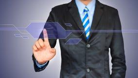 Aziatische bedrijfsmens die op een interface van het aanrakingsscherm duwen Royalty-vrije Stock Afbeelding