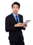 Aziatische bedrijfsmens die tabletcomputer met behulp van Stock Foto