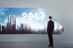 Aziatische bedrijfsmens met de wolkenvorm van 2017 op de hemel Royalty-vrije Stock Fotografie