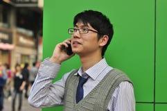 Aziatische bedrijfsmens op cellphone Stock Afbeeldingen