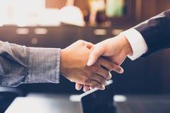 Aziatische Bedrijfsmensen die handen schudden en hun overeenkomst glimlachen Stock Afbeeldingen