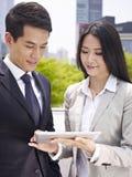 Aziatische bedrijfsmensen die ipad gebruiken Stock Fotografie