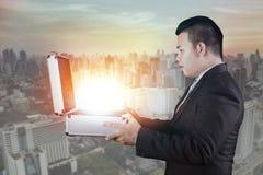 Aziatische bedrijfsmensen open bedrijfsaktentas met verrassend gezicht Royalty-vrije Stock Afbeelding
