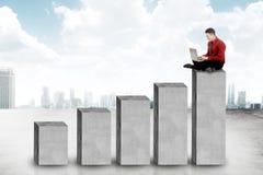 Aziatische bedrijfsmensenzitting op het grafiekblok Stock Fotografie