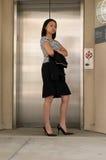 Aziatische BedrijfsVrouw bij Lift Stock Afbeeldingen