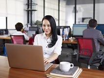 Aziatische bedrijfsvrouw die in bureau werken royalty-vrije stock fotografie
