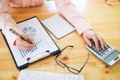 Aziatische Bedrijfsvrouw die een calculator gebruiken Royalty-vrije Stock Foto