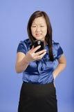 Aziatische bedrijfsvrouw die een PDA gebruikt Stock Fotografie