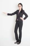 Aziatische bedrijfsvrouw die exemplaarruimte tonen Royalty-vrije Stock Fotografie
