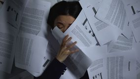 Aziatische bedrijfsvrouw die van documenten weggaan, overbelast met het werk, baandoorsmelting stock footage
