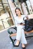Aziatische BedrijfsVrouw op Bank buiten Bureau stock foto's