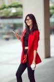 Aziatische bedrijfsvrouw in openlucht royalty-vrije stock foto's