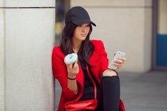 Aziatische bedrijfsvrouw in openlucht met voedsel en smartphone royalty-vrije stock afbeeldingen