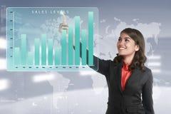 Aziatische bedrijfsvrouw wat betreft de marketing van de niveausklusje van het verkoopinkomen Stock Afbeeldingen