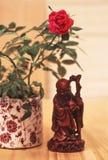 Aziatische beeldje en Rosa Stock Afbeelding