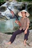 Aziatische bewapende vrouw Stock Foto's