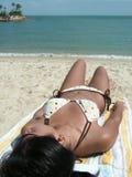 Aziatische bikini op strand Royalty-vrije Stock Afbeeldingen