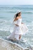 Aziatische bruid bij strand Stock Afbeeldingen