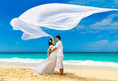 Aziatische bruid en bruidegom op een tropisch strand Huwelijk en wittebroodsweken royalty-vrije stock afbeelding