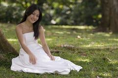 Aziatische Bruid in openlucht 2 Royalty-vrije Stock Afbeeldingen