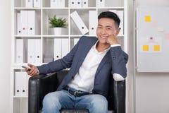 Aziatische CEO in bureau stock afbeelding