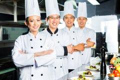 Aziatische Chef-kok in restaurantkeuken het koken Royalty-vrije Stock Afbeeldingen