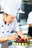 Aziatische chef-koks die in Restaurant koken Royalty-vrije Stock Foto's