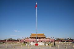 Aziatische Chinees, Peking, de Tian'anmen-Rostra, de nationale vlag stock fotografie