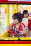 Aziatische Chinees Weinig Zuster Driving Toy Bus royalty-vrije stock afbeeldingen