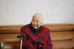 Aziatische Chinese jaren '90 oude vrouw op haar dag van het kleinzoon` s huwelijk royalty-vrije stock foto's