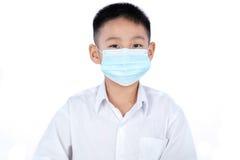 Aziatische Chinese Student Boy In Uniform die Masker dragen Stock Fotografie