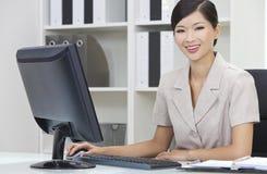 Aziatische Chinese Vrouw & Computer in Bureau Royalty-vrije Stock Foto's