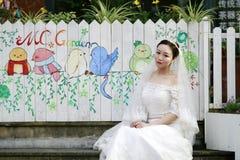 Aziatische Chinese vrouw in huwelijkskleding Royalty-vrije Stock Afbeeldingen