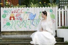 Aziatische Chinese vrouw in huwelijkskleding Royalty-vrije Stock Fotografie