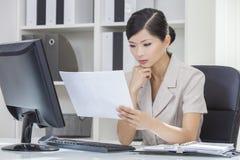 Aziatische Chinese Vrouw of Onderneemster in Bureau Stock Foto