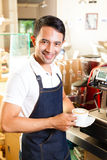 Aziatische Coffeeshop - barista stelt koffie voor Stock Foto