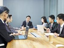 Aziatische collectieve bedrijfsmensen die in bureau samenkomen royalty-vrije stock foto