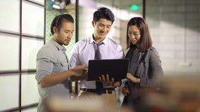 Aziatische collectieve mensen die zaken in bureau bespreken stock videobeelden