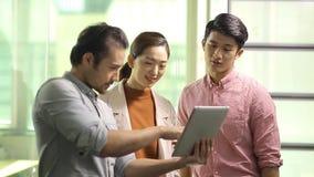 Aziatische collectieve mensen die zaken in bureau bespreken stock footage