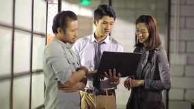 Aziatische collectieve mensen die zaken in bureau bespreken stock video