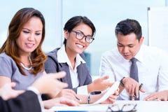 Aziatische commerciële teambrainstorming Stock Afbeeldingen