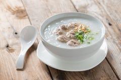 Aziatische congee met fijngehakt varkensvlees in witte kom royalty-vrije stock afbeelding