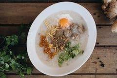 Aziatische congee met fijngehakt varkensvlees in witte kom royalty-vrije stock afbeeldingen