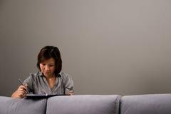 Aziatische dame in bedrijfskledij Stock Foto's